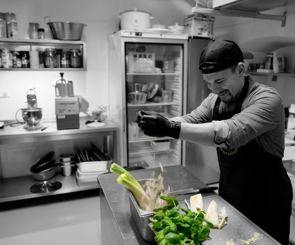 Spitzen-Koch Martin Platzdasch steht für nachhaltige Speisen. Regional, nachhaltig und gesund. Er leitet die Kochkurse im SuppenGlück Klagenfurt.