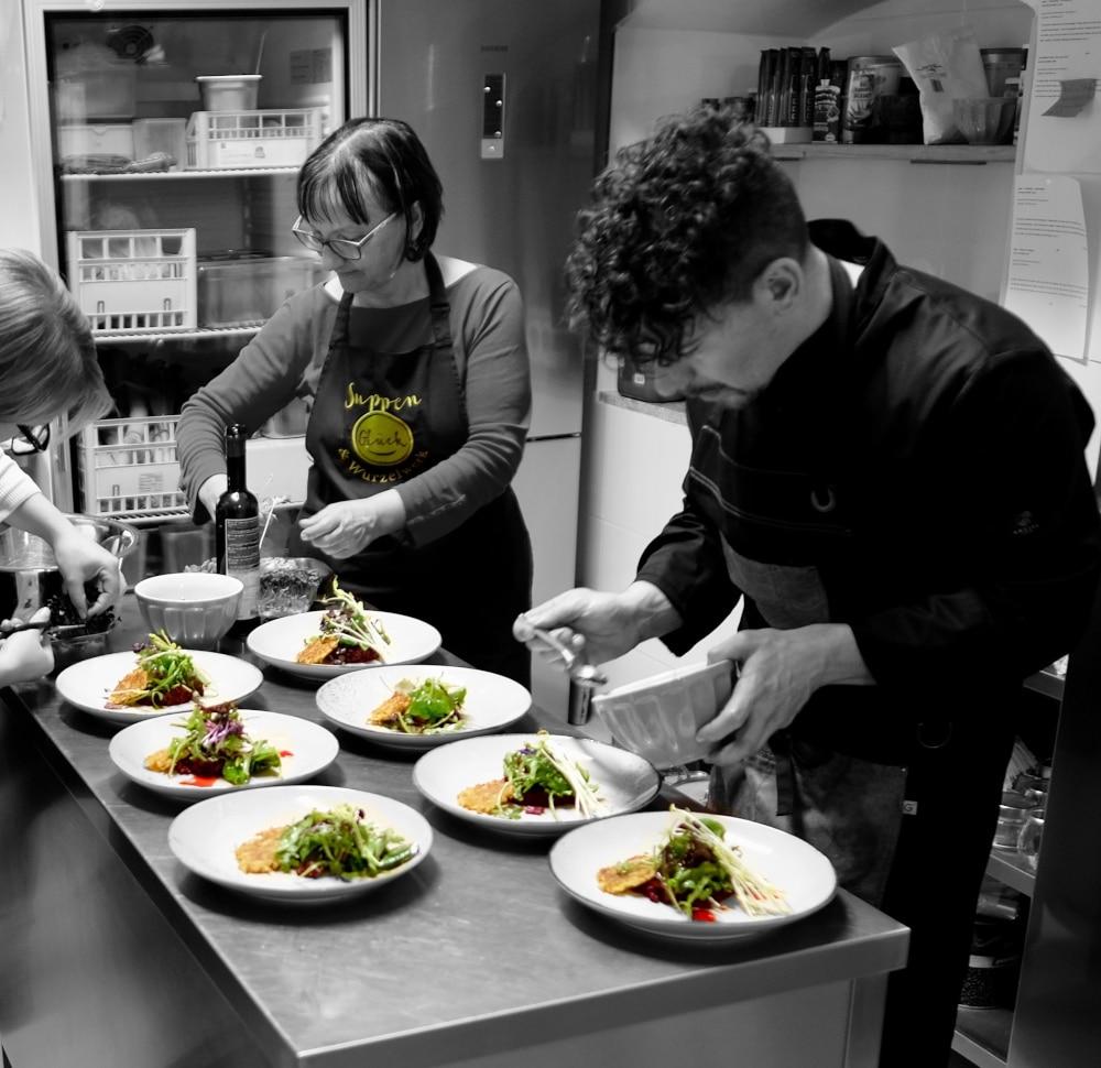 Teamarbeit beim veganen Kochkurs Klagenfurt am Wörthersee